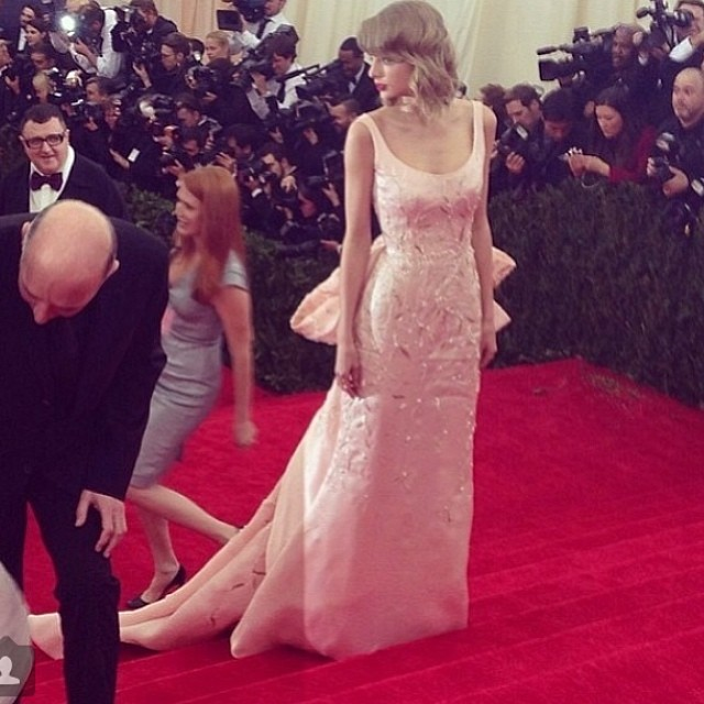 Taylor Swift & More Stars Pay Tribute to Oscar de la Renta