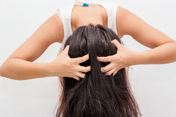 5 Dry Scalp Remedies to Get Rid of Dandruff for Good